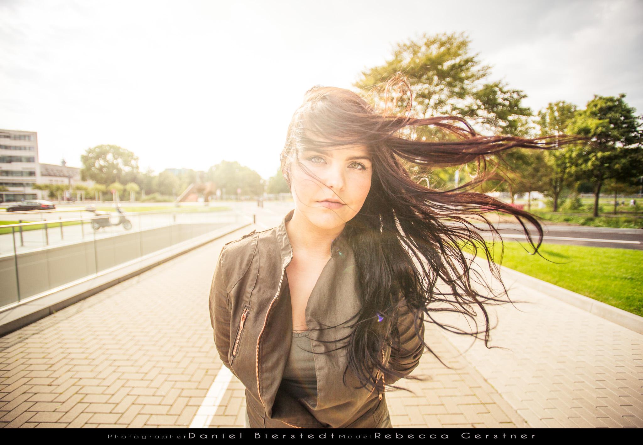 Rebecca Modelwalk Portrait mit fliegenden Haaren